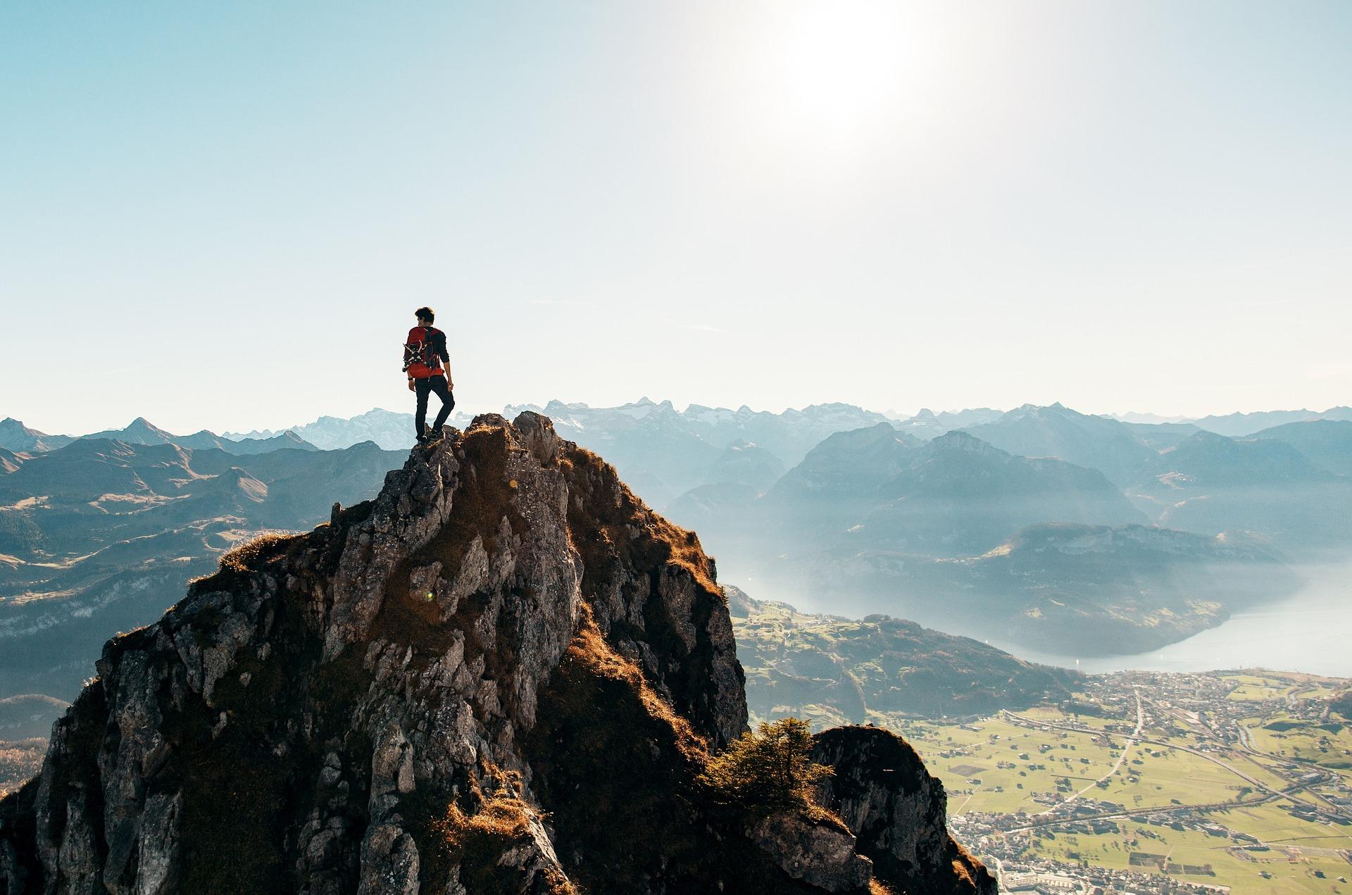 hiking-2618010_1920